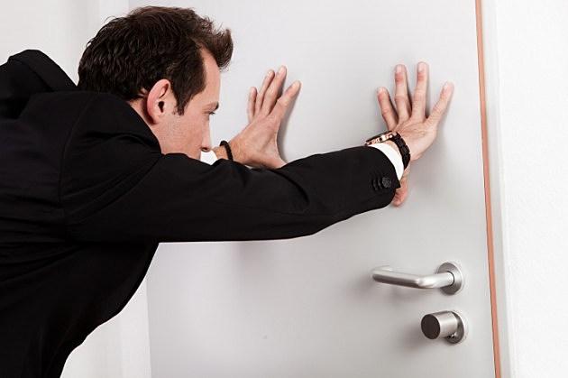Closing Doors F : Bar break in thwarted when man pulls door marked push